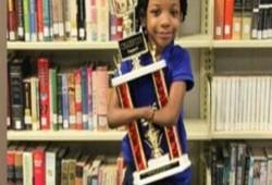 طفلة بلا كفّين تفوز بمسابقة للخط في أمريكا