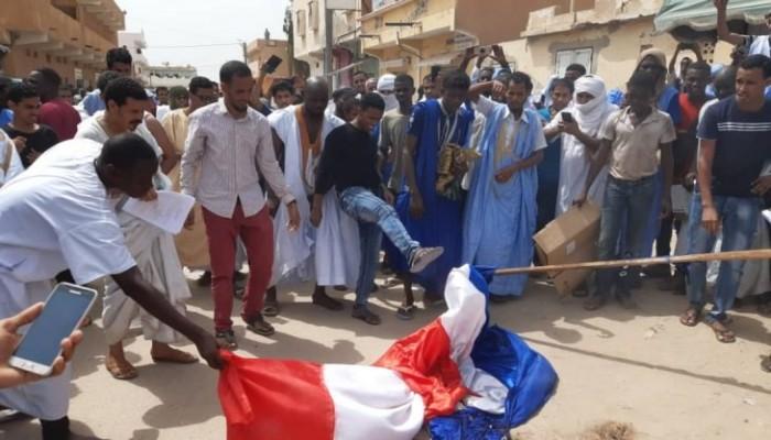 موريتانيا: حرق علم فرنسا ودعوة لمقاطعة صادراتها بسبب الرسوم المسيئة للنبي محمد ﷺ