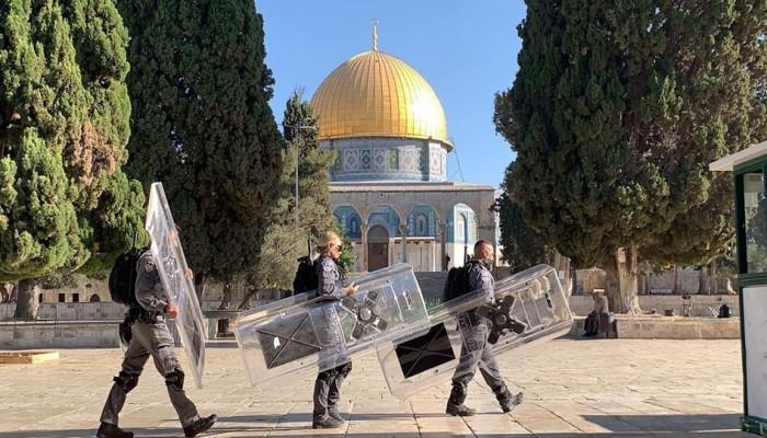 عشرات المستوطنين يقتحمون باحات الأقصى بحراسة قوات الاحتلال