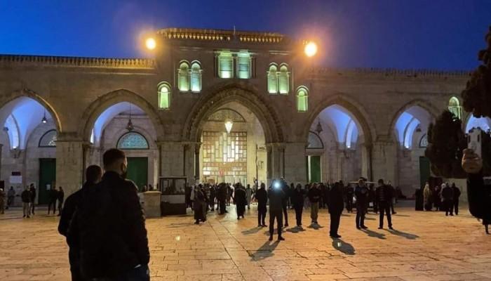 المئات يؤدون صلاة الفجر بالأقصى رغم قيود الاحتلال