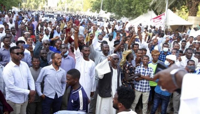تفريق متظاهرين يطالبون برحيل حمدوك